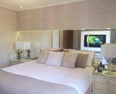 Decoração bege: 85 ambientes decorados para aderir já a esta cor Bedroom Closet Design, Bedroom Wardrobe, Interior Design Living Room, Cozy Bedroom, Modern Bedroom, Diy Bedroom Decor, Bedroom Layouts, Interiores Design, Home Decor Inspiration