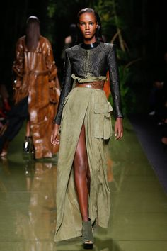 The complete Balmain Spring 2017 Ready-to-Wear fashion show now on Vogue Runway. Trend Fashion, Fashion 2017, World Of Fashion, Love Fashion, Runway Fashion, Spring Fashion, High Fashion, Fashion Show, Womens Fashion