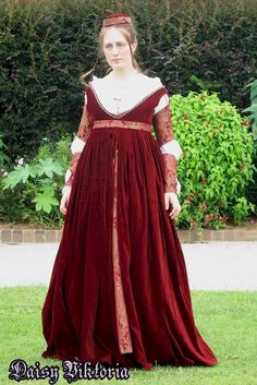 The Italian Showcase - Daisy at the Realm of Venus:  A Venetian Outfit in the Style  of  the 1490s