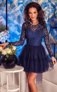 Granatowa tiulowa sukienka z koronka