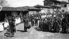 Ωραιόκαστρο, Ιούνιος 1917, χορευτές. History Of Photography, Athens, Old Photos, Folk Art, Greece, The Past, Street View, Culture, Explore