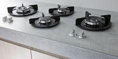 """Paul van de Kooi keuken """"Modern met houten fronten"""". Betonnen werkblad (met glasplaat?), pitt cooking."""