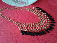 Colar de franjas Pink Black feito em pedraria. Super Fashion e Estiloso. <br> <br>Comprimento da Corrente: 47,5cm <br>Medidas do Pingente: 5,2cm x 20cm <br>Material: Liga de Zinco <br>Tipo de Corrente: Elos