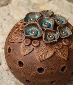 Všechno je tady a teď Keramická koule tyrkysově kvetoucí... svícen, lampa Průměr koule je 15 cm, vysoká včetně kvítků 16 cm