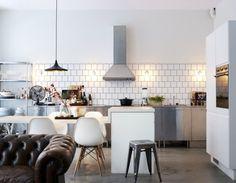 home, interior design, white walled home, kitchen, dining room Deco Design, Küchen Design, House Design, Design Concepts, Book Design, Design Ideas, Graphic Design, Home Staging, Decoracion Low Cost