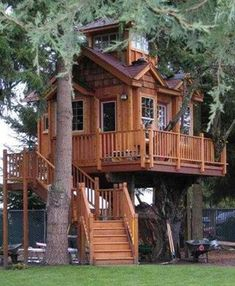 How To Build A Treehouse ? This Tree House Design Ideas For Adult and Kids, Simple and easy. can also be used as a place (to live in), Amazing Tiny treehouse kids, Architecture Modern Luxury treehouse interior cozy Backyard Small treehouse masters Beautiful Tree Houses, Cool Tree Houses, Beautiful Homes, Beautiful Dream, Pallet Tree Houses, Wooden Houses, Beautiful Things, Treehouse Masters, Future House