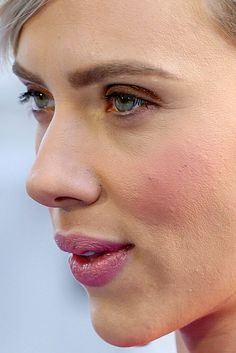 Celebrity photos that are really close-up. Celebrities with bad skin,. Scarlett Johansson, Bollywood Actress Without Makeup, Marilyn Monroe Makeup, Haircut For Square Face, Celebs Without Makeup, Natalia Romanova, Close Up Faces, Celebrity Faces, No Photoshop