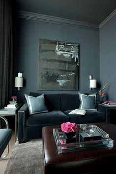 Décor do dia: living em tons escuros. Além de serem uma tendência forte na decoração, os tons escuros têm o poder de construir ambientes naturalmente sofisticados. Na sala de estar acima, o cinza e o azul se unem para criar um ambiente masculino e chic.