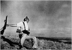 """robert capa Esta foto fue """"Muerte de un miliciano"""". Aquella foto fue estéticamente perfecta.   junto a Henri Cartier-Bresson, Rodger, Vandivier y David Seymour, fundó la Agencia de Fotografía Magnum, que se volvería un indiscutido referente en el mundo de la fotografía periodística independiente.siempre estuvo considerado un fotógrafo intrépido, capaz de captar los momentos precisos"""