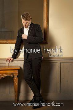 Maßanzug in schwarz mit slimfit Hose mit Smokingstreifen, leichtes material, perfekt für den Sonner geeignet, innen tuquise.    Hose und Jacke    Der