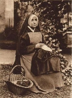 Mystics of the Church: Sister Josefa Menendez was a Catholic nun; her religious life was spent cleaning and sewing. She allegedly received visions of Jesus. Catholic Saints, Roman Catholic, Catholic Religion, Catholic Quotes, Nuns Habits, Les Religions, Bride Of Christ, Divine Mercy, Light Of Life
