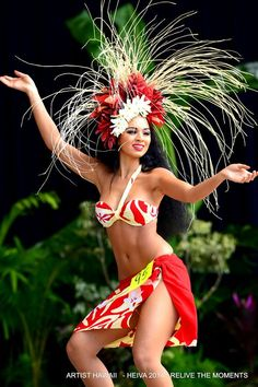 Tahiti dancer - French Polynesia is an overseas collectivity of the French Republic Polynesian Girls, Polynesian Dance, Polynesian Islands, Polynesian Culture, Hawaiian Girls, Hawaiian Dancers, Hawaiian Art, Tahitian Costumes, Costume Ethnique