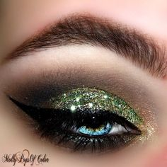 With her @Tweezerman #BrushiQ gifts @MolyPopsofColor expertly shaded to this GLITTERY eyelook!