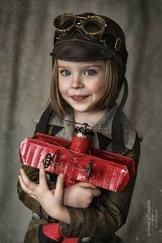 Steampunk - Hermosa niña con su avión. White Photography, Portrait Photography, Cute Kids, Cute Babies, Steampunk Kids, Bright Eyes, Foto Pose, Beautiful Children, Children Photography