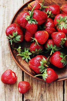 It wouldn't be summer without biting into a perfectly ripe strawberry. What makes this fruit a real summer classic? Why not try it in our August Tea of the Month: Strawberry Colada. Fruit And Veg, Fruits And Vegetables, Fresh Fruit, Freezing Vegetables, Food Fresh, Fresco, How To Store Strawberries, Storing Strawberries, Storing Fruit