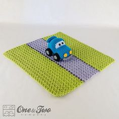 Racing Car Security Blanket pattern by Carolina Guzman. I love that the blanket has a road for the car (not the typical, unrelated square of fabric) Crochet Car, Crochet Lovey, Manta Crochet, Cute Crochet, Baby Blanket Crochet, Crochet For Kids, Crochet Toys, Crochet Frog, Crochet Security Blanket