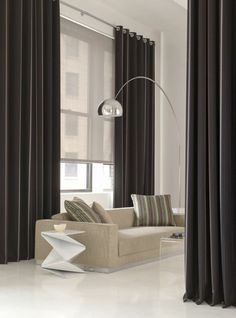 rideaux longs de salon, rideau ocultant noir, mur blanc, salon moderne