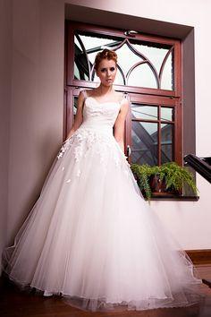 Suknia ślubna z wykończona tiulem.