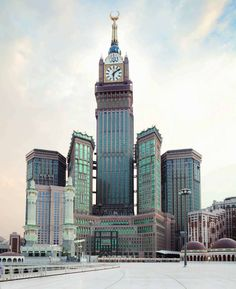 Makkah Dubbed the Largest Clock Tower in the World.Completed Makkah Royal Hotel Clock Tower in Saudi Arabia Beautiful Mosques, Beautiful Buildings, Beautiful Places, Makkah Tower, Masjid Haram, Mecca Wallpaper, Eagle Wallpaper, City Wallpaper, Mecca Kaaba