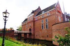 Het indrukwekkende kasteel van Woerden, voltooid in 1405 voor hertog Jan van Beieren, werd in later tijd door (militaire) gevangen bewoond. Na 1872 kreeg het kasteel de bestemming van 'Centraal Magazijn van Kleding en Uitrusting' van het Ministerie van Oorlog.