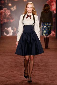 """Ziemlich dandy, dieser britische Look aus Lena Hoscheks """"The Brits"""" Kollektion, die sie auf der Berlin Fashion Week zeigte. Was sagt ihr zu der Kreation mit Hosenträgern und verzierter Schleife?"""