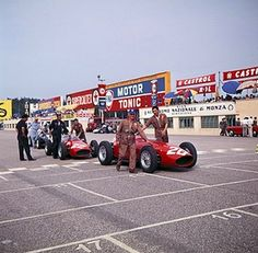 1960 Italian GP: Phil Hill's car is pushed to the grid F1 Racing, Road Racing, F1 Motor, Motor Sport, Classic Race Cars, Italian Grand Prix, Racing Events, Ferrari F1, S Car