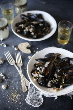 (vía Mussels in Meyer Lemon  Garlic Broth  Video - Roost - Roost: A Simple Life)