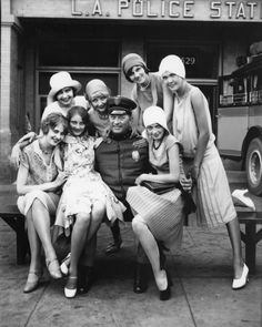 LAPD Models and policeman pose in front of the L A Police Department in a vintage ad for the Pickwick Motor Stages Bus Company Los Angeles - 1928 Hey Ladies Louise Brooks, Style Année 20, Mode Style, 1920s Style, Roaring Twenties, The Twenties, Kasimir Und Karoline, Idda Van Munster, Vintage Outfits