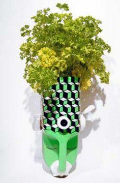 Personagem cabeludo de plantas verdes no galão de plástico