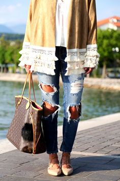 outfit with lace-up sandals and a ripped jeans