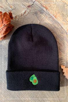 Passend für den Winter gibt es diese süße Avocado Mütze. Avocado, Lovely Things, Knitted Hats, Beanie, Knitting, Winter, Fashion, Textiles, Moda
