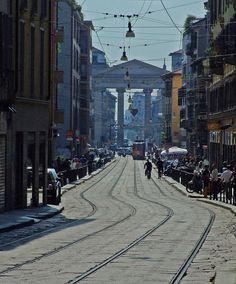 Corso di Porta Ticinese is de street leading from Milan downtown to de Navigli. We see de arch of Piazza XXIV Maggio, Milano, Lombardia_ Italy #wonderfulmilan