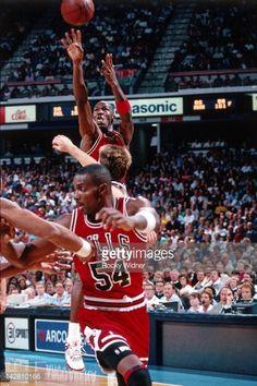 Fotografia de notícias : Michael Jordan of the Chicago Bulls shoots...