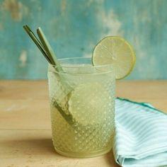 Caipirinha de limão com capim-santo   Receita Panelinha:  Acredite: o clássico nacional pode ficar ainda melhor com capim-santo. E o melhor: dá para servir o suco para as crianças primeiro. Para os adultos, vira caipirinha!