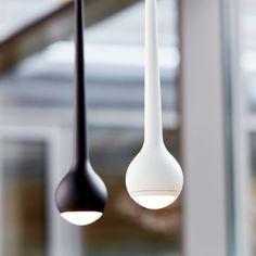 FALLING. Hängeleuchte von tobias grau.  Die Hängeleuchte FALLING lässt Licht wie Wasser nach unten fallen. In dem Ø 8 cm großen Leuchtenkopf sind die neuesten LEDs integriert – extrem stark und mit bester Farbwiedergabe.