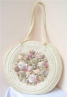 .Hermosa, y muy femenina bolsa tejida a gancho de modo circular y con aplicaciones de flores tejidas......esta realmente linda!!!!