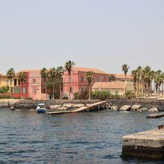 Así te recibe la isla de Gorée en Senegal. Una pequeña y preciosa villa con una fuerte y dura historia.