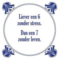 Tegeltjeswijsheid.nl - een uniek presentje - Liever een 6 zonder stress Favorite Quotes, Best Quotes, Funny Quotes, Words Quotes, Wise Words, Sayings, Dutch Quotes, Quote Backgrounds, One Liner