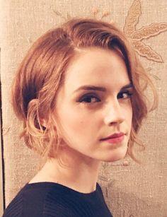 Un carré court Le dernier changement capillaire en date d'Emma Watson : ce joli carré court ondulé aux reflets roux. Découvrez nos idées de coiffures de fêtes faciles et glamour.