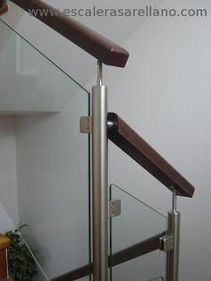 Barandilla madera y varillas de acero inoxidable Stair Railing Design, Stair Handrail, Railings, Real Estate Office, Modern Stairs, Wood Stairs, Iron Furniture, Wood Cabinets, Door Design