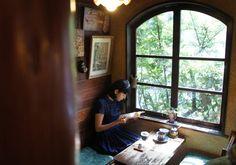 毎号、気になる喫茶店へ出かけ、マスターとゆるりとおしゃべり。今号は、東京・西荻窪の〈自家焙煎珈琲 どんぐり舎〉へ。詳細は本誌で。