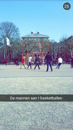 basketballen op Museumplein met een student