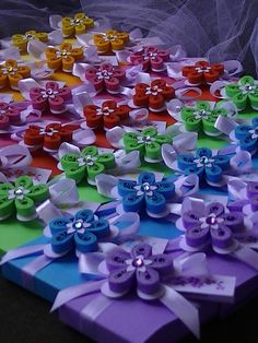 IL MONDO CREATIVO di Alessia: Bomboniere, un arcobaleno di fiori in tecnica QUILLING per una coloratissima Comunione/Cresima