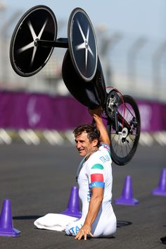 2012 Paralympics: Alex Zanardi of Italy celebrates winning the Men's Individual Time Trial. Formula Indy, Paralympic Athletes, Adaptive Sports, Non Plus Ultra, Cycling News, Bicycle Race, Bike, Special Olympics, Sport Icon