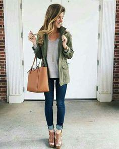 Casual. Jeans,blusa Gris,plataforma café y cazadora verde militar