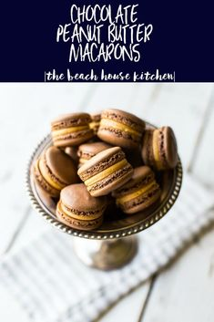These Chocolate Peanut Butter Macarons are a decadent little treat in a winning combination! Just Desserts, Delicious Desserts, Dessert Recipes, French Desserts, Frosting Recipes, Health Desserts, Peanut Butter Frosting, Chocolate Peanut Butter, Yummy Treats