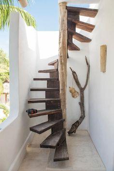 Rústica escalera de caracol.