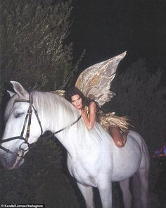 Kendall jenner shines in gold and poses as a forest fairy on a white horse for Halloween Daily onlin Gloss Kylie Jenner, Kendalll Jenner, Kylie Gloss, Kylie Minogue, Boujee Aesthetic, Bad Girl Aesthetic, Aesthetic Photo, Aesthetic Pictures, Kendall Jenner Halloween
