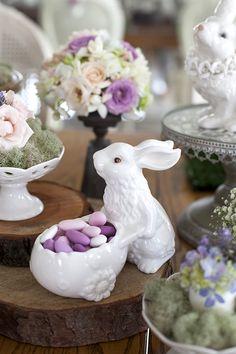 Mesa de Páscoa - decoração rústica e com toque infantil - coelho de porcelana com amêndoas confeitadas em tons de rosa ( Decoração: Fabiana Moura   Flores: Mariana Bassi )