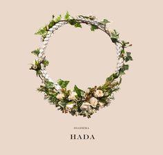 Hada es una sencilla #corona de #espigas de trigo blancas y mini #rosas frescas en colores empolvados, #flor de cera y fresca mini #hiedra verde se van enlazando con las espigas de trigo hasta que queda representada en una fina y sutil tira de hiedra.